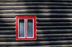 Fenster eines hölzernen Häuschens stockfotos