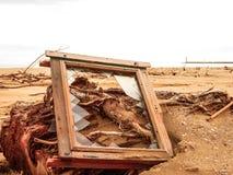 Fenster eines Hauses heraus geworfen auf den Strand lizenzfreie stockfotos