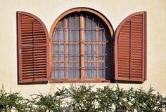 Fenster eines Hauses mit Scharnier lizenzfreies stockbild