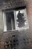 Fenster eines Hauses nach dem Feuer. Lizenzfreie Stockbilder