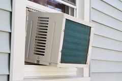 Fenster eingehangene Klimaanlage Stockfotografie