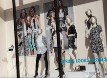Fenster-Einkaufsfrühlings-Mode Lizenzfreies Stockfoto