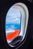 Fenster-Flugzeug lizenzfreie stockbilder