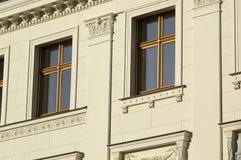 Fenster-Frontseite eines Berlin-Hauses Stockbilder