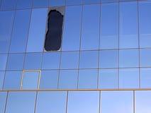 Fenster gebrochen durch Auswirkung Stockbild