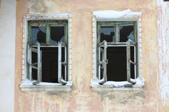 Fenster gebrochener Hausvandalismus Gebrauch für: Website lizenzfreies stockbild