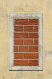 Fenster geschlossen mit Ziegelsteinen Stockbilder