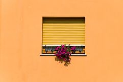 Fenster gestaltet in der orange Wand Stockfotos