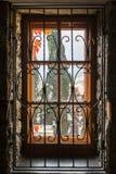 Fenster hinter dem schönen geschnitzten Gitter Stockfoto