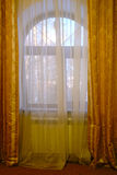 Fenster hinter dem Vorhang Lizenzfreies Stockfoto
