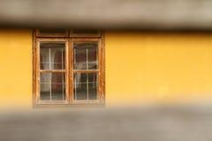 Fenster hinter Zäunen Stockbilder