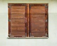 Fenster-Holz-Fensterläden Stockfoto