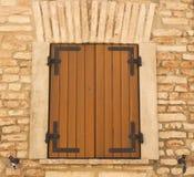 Fenster-Holz-Fensterläden Stockfotos