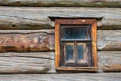 Fenster im alten Blockhaus Stockfotografie