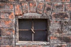 Fenster im Gebäude mit Querlatten Lizenzfreie Stockfotografie