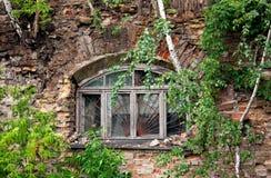Fenster im geworfenen Haus Stockfotos