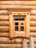 Fenster im hölzernen Blockhaus im russischen Dorf im mittleren Russ Lizenzfreies Stockfoto