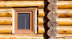 Fenster im Haus mit einem Blockhaus Stockfotografie