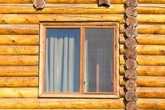Fenster im Haus mit einem Blockhaus Stockfotos