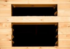 Fenster im Holzhaus im Bau Stockfoto