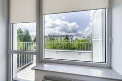 Fenster im kleinen, wirtschaftlichen Raum Stockbild