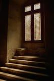 Fenster im mittelalterlichen Schloss Stockbild