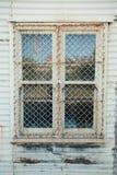 Fenster im Wellblechgebäude Stockbild