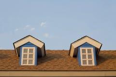 Fenster im zweiten Stock des Hauses, Weinlesefarbe Stockfotos