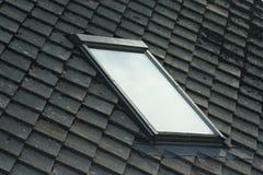 Fenster innerhalb eines Dachs Lizenzfreie Stockfotografie