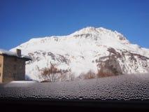 Fenster-Kondensation in den Alpen Lizenzfreies Stockfoto