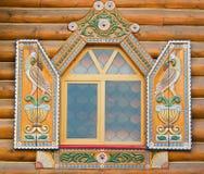 Fenster mit alten hölzernen Blendenverschlüssen Lizenzfreies Stockfoto