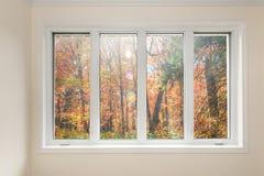 Fenster mit Ansicht des Herbstwaldes Lizenzfreie Stockfotos