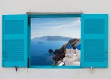 Fenster mit Ansicht des Kessels und der Kirche, Santorini Lizenzfreie Stockfotos
