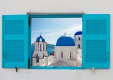 Fenster mit Ansicht des Kessels und der Kirche, Santorini Lizenzfreies Stockfoto
