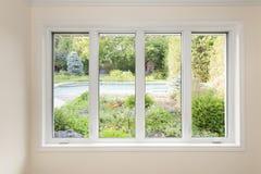Fenster mit Ansicht des Sommerhinterhofes Stockbild