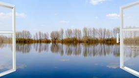 Fenster mit Ansicht zur Flut auf dem Fluss Stockbild