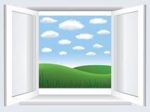 Fenster mit blauem Himmel, Wolken und grünem hiil Stockfotografie