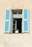 Fenster mit blauen Blendenverschlüssen Stockbild