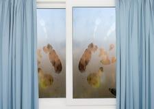 Fenster mit blauen Vorhängen an einem regnerischen Tag Lizenzfreie Stockbilder