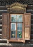 Fenster mit Blendenverschlüssen Lizenzfreie Stockfotos