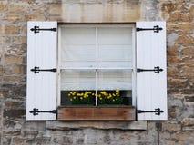 Fenster mit Blendenverschlüssen Stockfoto