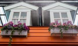 Fenster mit Blumen Stockbild