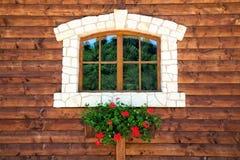 Fenster mit Blumen Stockfotos