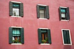 Fenster mit Blumen im schönen Haus Stockbilder