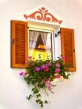 Fenster mit Blumen-Kasten Stockfotografie