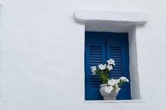 Fenster mit Blumen in Naoussa, Paros, Griechenland Stockbild