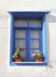 Fenster mit Blumentöpfen stockfoto