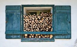 Fenster mit Brennholz lizenzfreies stockbild