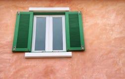 Fenster mit bunter Wand Stockfoto