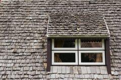 Fenster mit dem hölzernen Dach Stockfoto